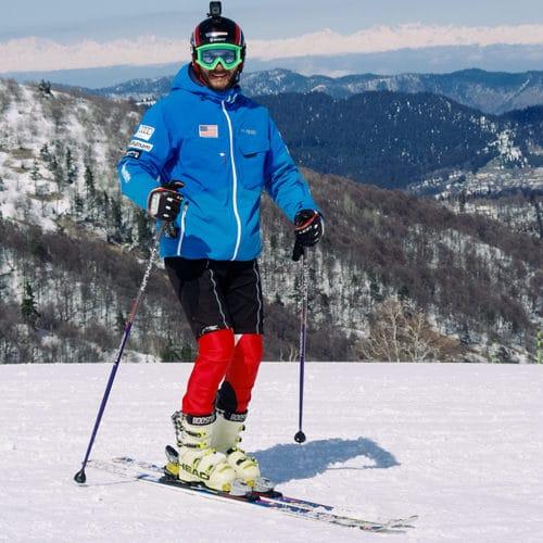 Профессиональный горнолыжный и сноуборд инструктор Эрик Оганесян обучает катанию начинающих и опытных спортсменов на курортах Грузии